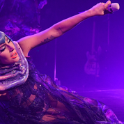 La chute spectaculaire de Lady Gaga avec l'un de ses fans en plein concert