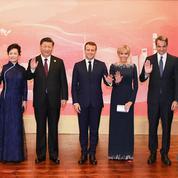 De jour comme de nuit, Brigitte Macron reste fidèle à Louis Vuitton en Chine