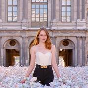 En vidéo, Emma Stone dans un champ de fleurs au cœur du Louvre pour les parfums Louis Vuitton
