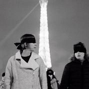 Les yeux bandés, des femmes dénoncent les violences sexuelles lors d'un happening place du Trocadéro