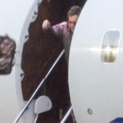 Elton John jette son bagage en sortant d'un jet privé : quel est le problème?