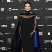 La robe gantée de Juliette Binoche ensorcelle le tapis rouge de Berlin