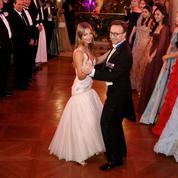 En vidéo, Stella Belmondo et Stéphane Bern ouvrent le Bal des débutantes sur le