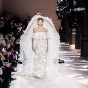 Kaia Gerber clôt le défilé Givenchy dans une robe de mariée grandiose