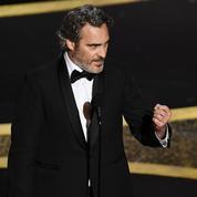 Que faisait Joaquin Phoenix avec un petit veau dans les bras au lendemain des Oscars?