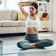 Chaise, table basse, mur... Comment faire du sport chez soi sans matériel?