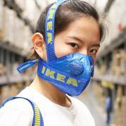 Quand le cabas Ikea devient un masque de protection
