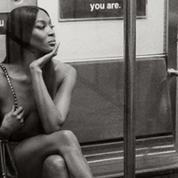Naomi Campbell nue dans le métro new-yorkais: des photos inédites dévoilées par Valentino