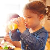 Pour leur bien, faut-il arrêter de donner des jus de fruits aux enfants?