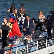 Balmain réinvente le défilé spectacle, entre grâce et croisière digitale sur la Seine