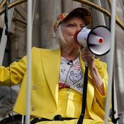En vidéo : Enfermée dans une cage, Vivienne Westwood proteste contre l'extradition de Julian Assange