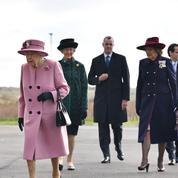 Démasquée, Elizabeth II assure sa première sortie officielle depuis le confinement