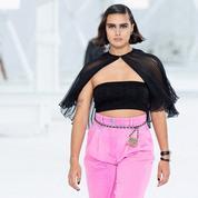 Pour la deuxième fois, Chanel fait défiler un mannequin de la taille la plus portée par les Françaises