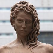 À Manhattan, une statue de Méduse tenant la tête coupée de Persée fait débat