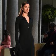 Nicole Poturalski, la petite amie de Brad Pitt, a défilé à Milan