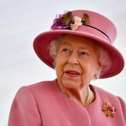 La reine Elizabeth II remettra sa couronne au prince Charles l'année prochaine, affirme un expert royal