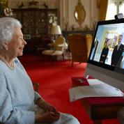 Elizabeth II, plus connectée que jamais, donne ses premières audiences virtuelles