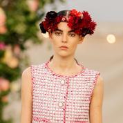 Chanel sacre le grand retour de la couronne de fleurs