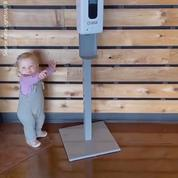 Cette vidéo d'une fillette cherchant du gel hydroalcoolique partout est devenue virale