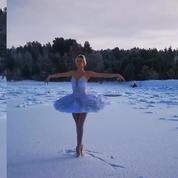 En vidéo, une ballerine danse sur une plage enneigée pour empêcher sa destruction