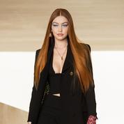 Gigi Hadid fait son grand retour en rousse sur le podium du défilé Versace