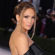 Majestueuse en robe de mariée, Jennifer Lopez prend la pose dans l'indifférence générale
