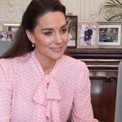 La blouse rose, douce et sucrée de Kate Middleton, une réponse à Meghan Markle ?