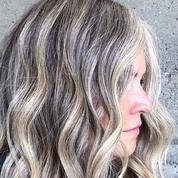 Grey Blending, ce balayage gris qui permet d'apprivoiser ses cheveux blancs