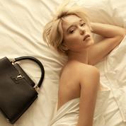 Léa Seydoux seule sur le lit dans ses draps blancs froissés : la campagne du sac Capucines de Louis Vuitton