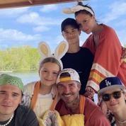 Victoria et David Beckham posent avec leurs quatre enfants pour les fêtes de Pâques