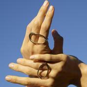 Entre les doigts ou sur la main : le match ultime des bagues graphiques