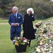 En photos, le prince Charles retient ses larmes lors de sa première sortie depuis la mort du prince Philip