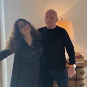 Anthony Hopkins et Salma Hayek chaloupent ensemble sur la danse de la victoire après les Oscars