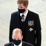 Les princes Harry et William aux funérailles du prince Philip : le début d'une réconciliation?