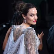 Angelina Jolie ne cille pas recouverte d'abeilles dans une vidéo de