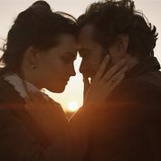 Romain Duris et Emma Mackey, amants au pied de la tour dans