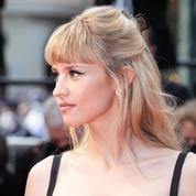 Pince croco et regard Bardot, Angèle mélange les codes sur le tapis rouge de Cannes