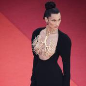 La fille aux poumons d'or sur les marches de Cannes