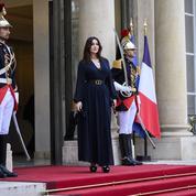 Brigitte Macron accueille Monica Bellucci et Carole Bouquet au dîner italien de l'Élysée