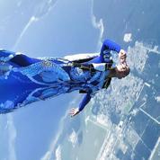 En vidéo, le fascinant saut de la championne du monde de chute libre dans une robe haute couture Iris Van Herpen