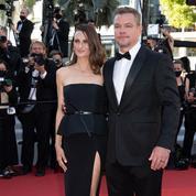 En bustier et jupe noire fendue, Camille Cottin embrasse le dresscode cannois