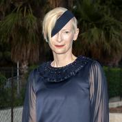 Mais qu'est-ce donc que ce bandeau qui traversait le visage de Tilda Swinton à la beach party de Chanel ?