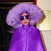 Lady Gaga renoue avec l'excentricité dans un look à plumes et lunettes ultraviolet