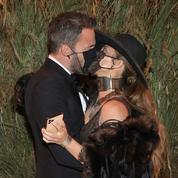 Jennifer Lopez et Ben Affleck s'embrassent au travers des masques au gala du Met
