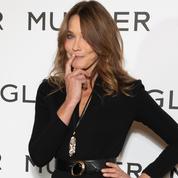 Carla Bruni-Sarkozy électrise la Fashion Week de Paris en combinaison moulante