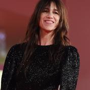 En minirobe à dos nu, Charlotte Gainsbourg électrise la Mostra de Venise au bras d'Yvan Attal