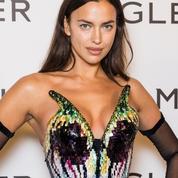 Irina Shayk, hypnotisante sirène dans sa robe à écailles signée Mugler
