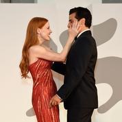 Le baiser au creux du bras : quand Oscar Isaac et Jessica Chastain renversent le tapis rouge de la Mostra