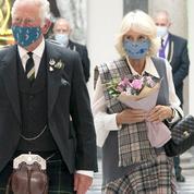 Le prince Charles et Camilla Parker-Bowles s'affichent en kilt et en tartan pour une visite en Écosse