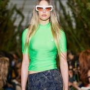 La fille de Steve Jobs défile à la Fashion Week de Paris, lycra fluo et minijupe